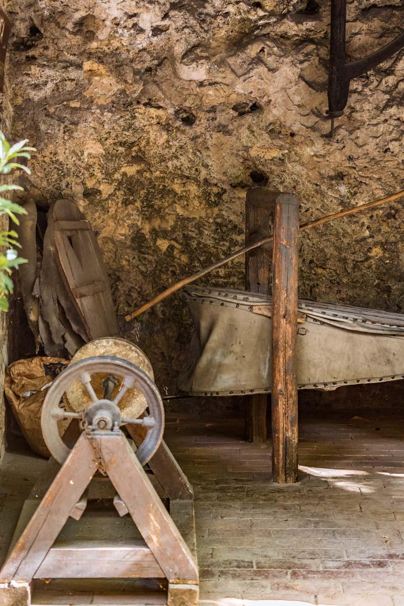 Ein historischer Blasebalg im Museum vom Nationalpark Krka