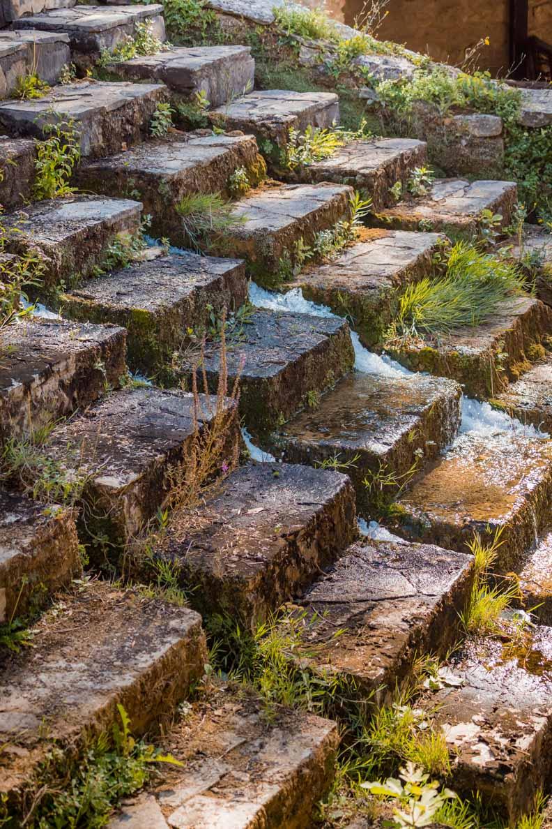 Künstliche Stufen in einem Wasserfall im Nationalpark Krka