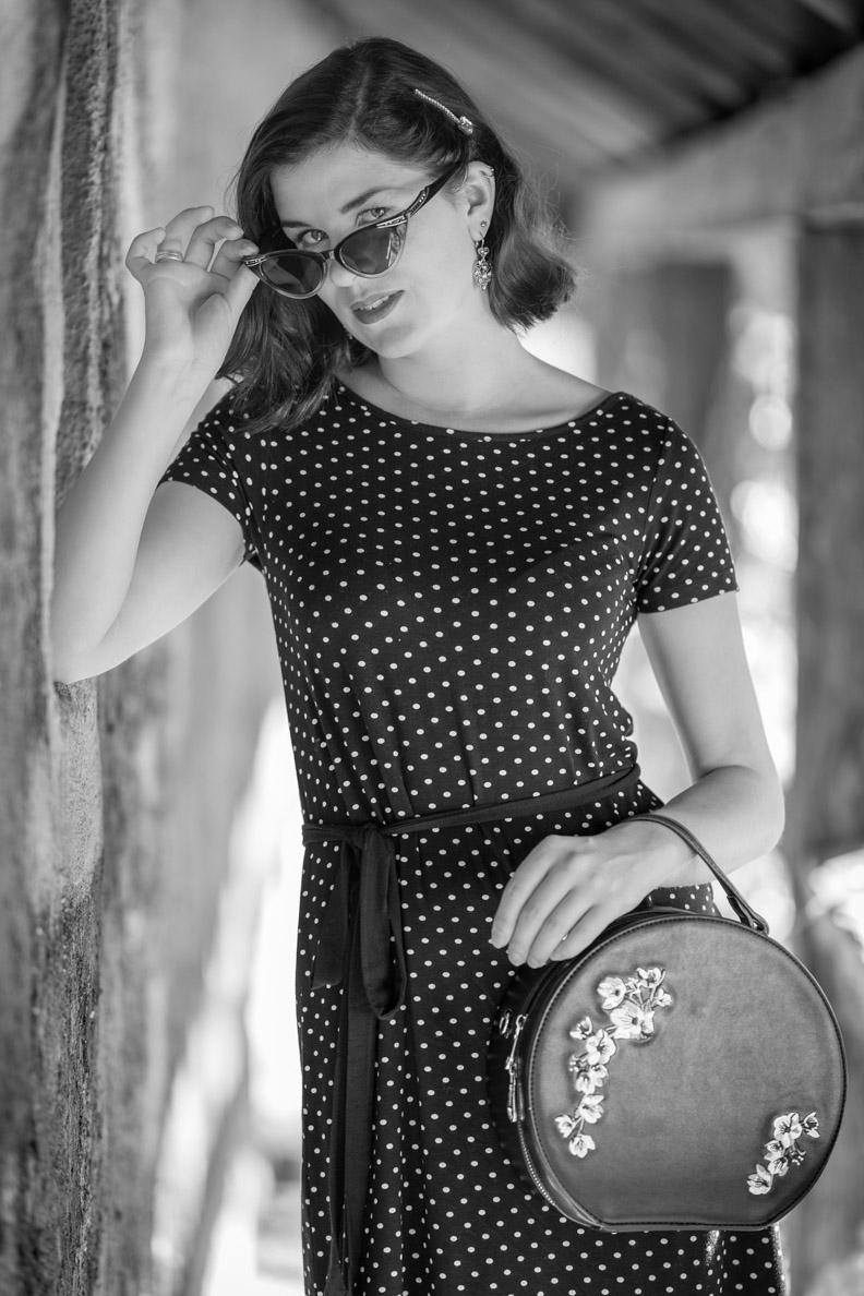 Vintage-Bloggerin RetroCat mit Polka-Dot-Kleid und einer Retro-Cateye-Sonnenbrille von Retro Peepers