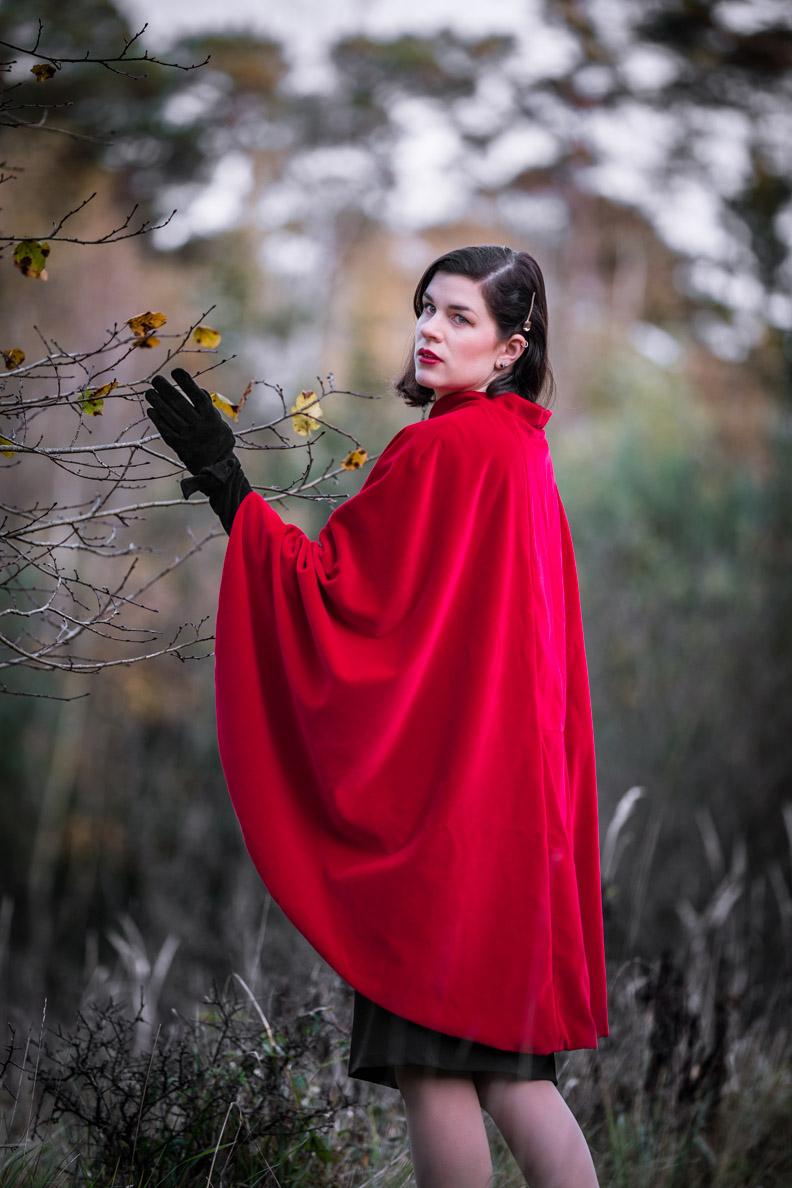 RetroCat mit dem roten Drama Cape im Stil der 60er-Jahre von Grünten Mode