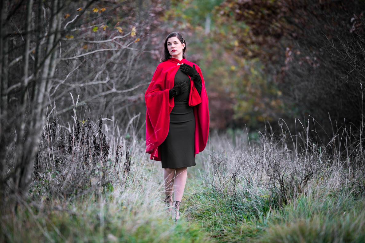 RetroCat mit dem roten Drama Cape von Grünten Mode