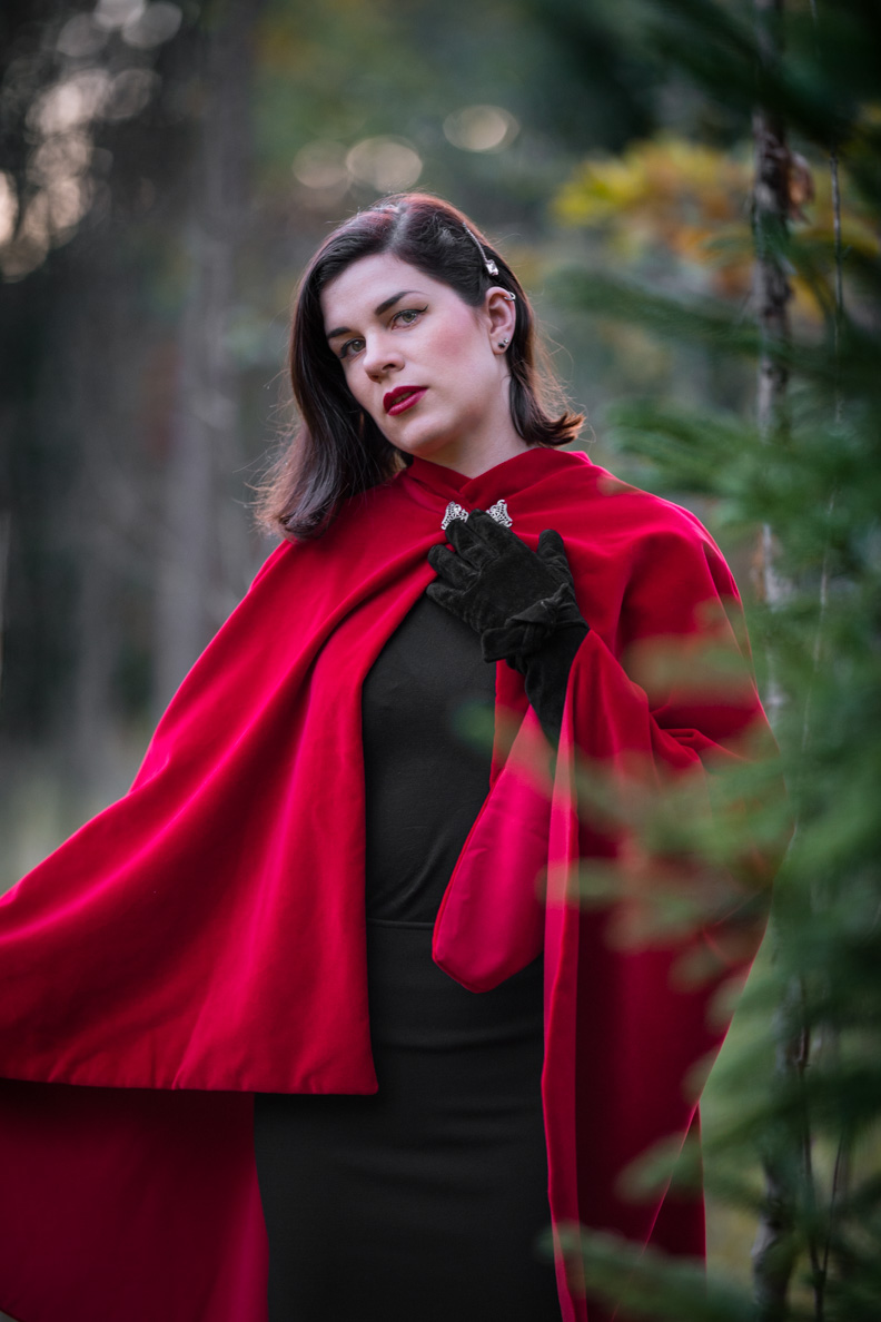 Vintage-Bloggerin RetroCat mit dem roten Drama Cape aus Samt von Grünten Mode