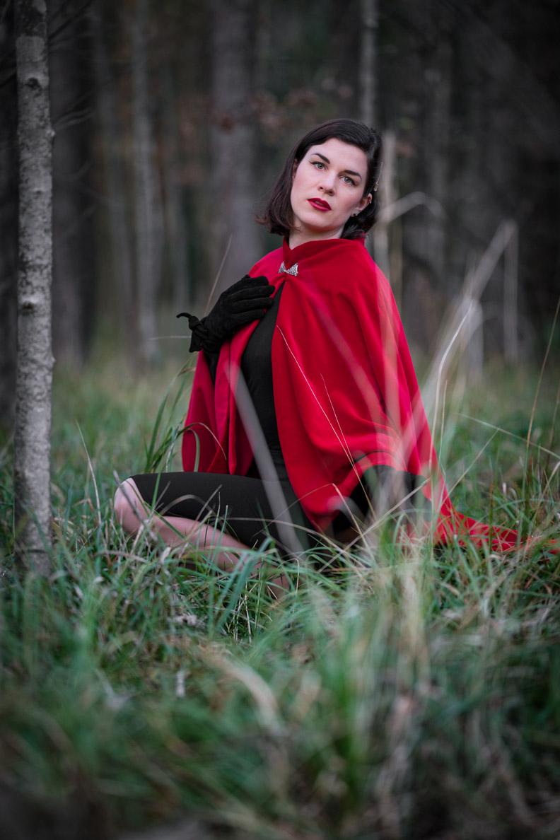 RetroCat mit einem roten Cape von Grünten Mode im Wald