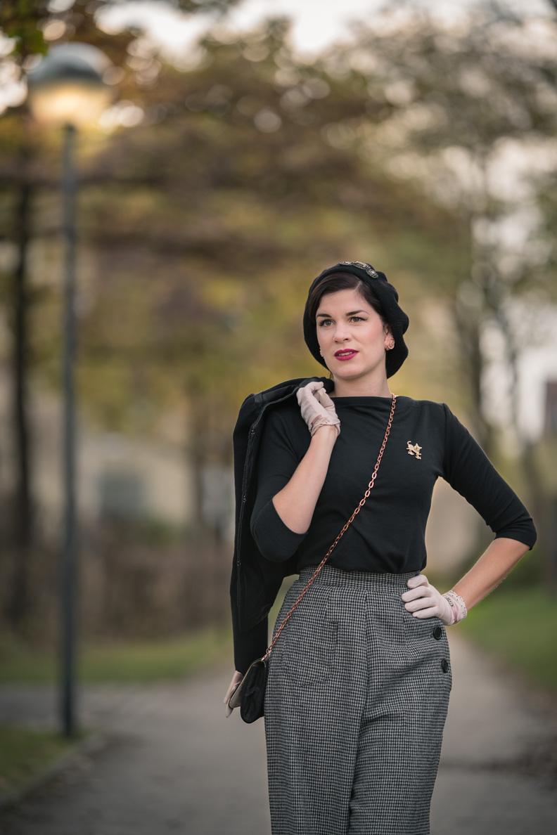 RetroCat mit grauen Stoff-Hosen im Vintage-Stil und einem Retro-Top von Vivien of Holloway