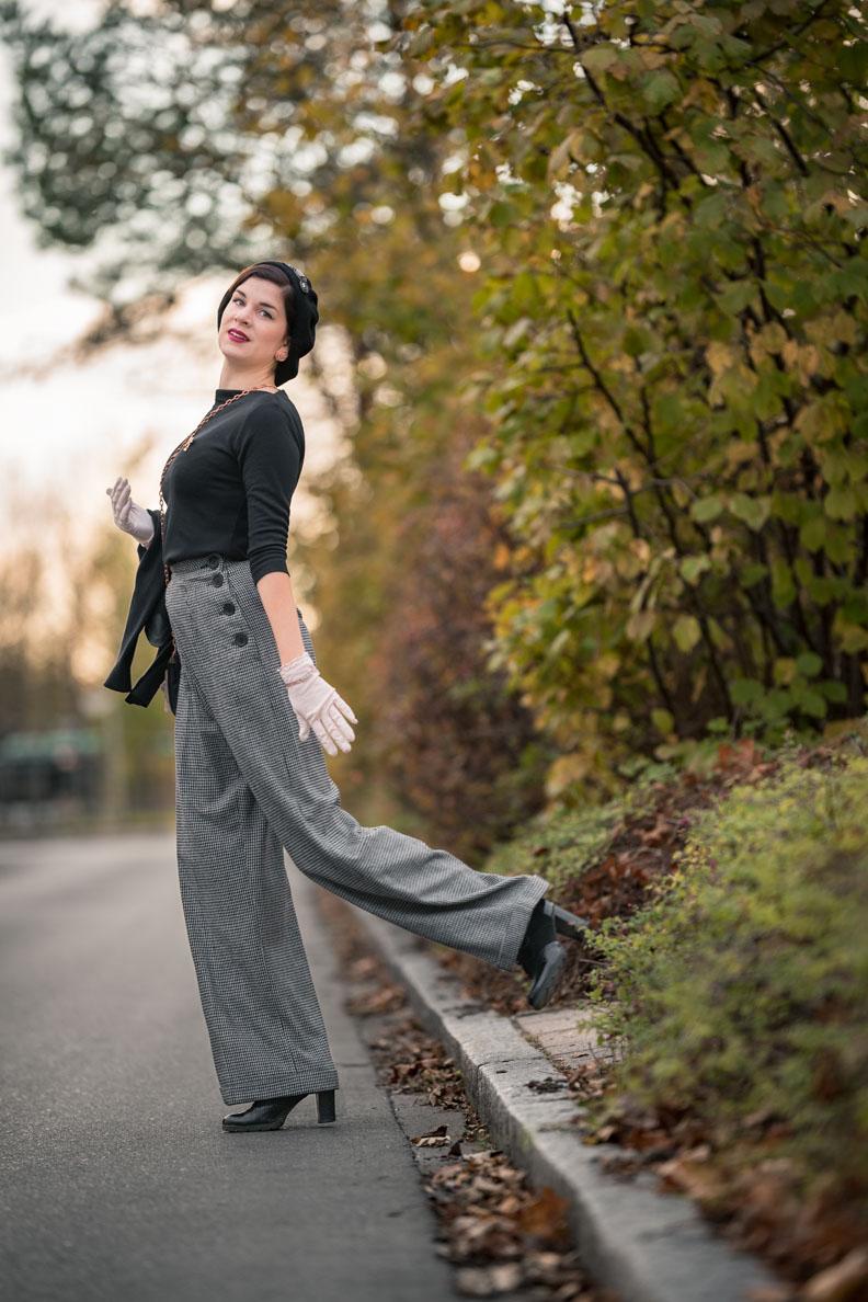 RetroCat mit weit geschnittenen Hosen im Vintage-Stil