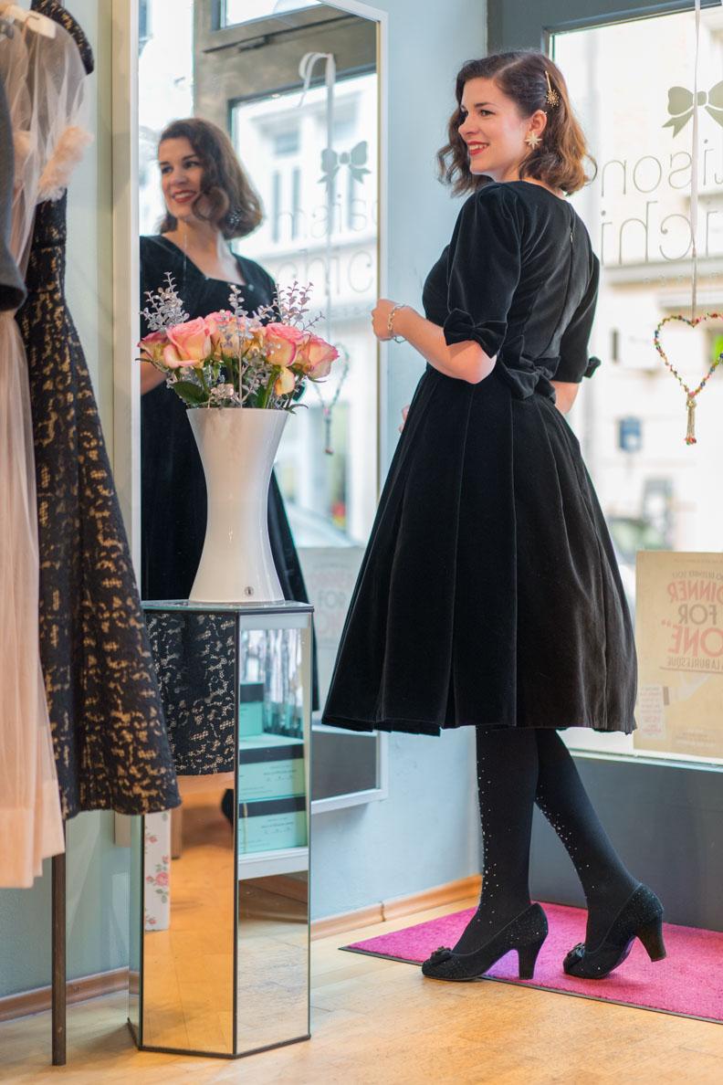 RetroCat in dem schwarzen Chi Chi Dress von Maison Chi Chi und Grünten Mode