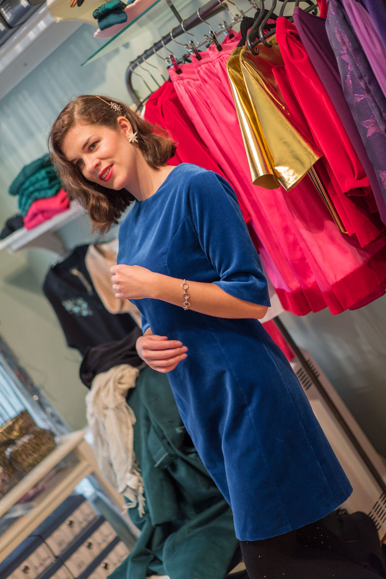 RetroCat in einem royalblauen Etuikleid aus Samt von Grünten Mode