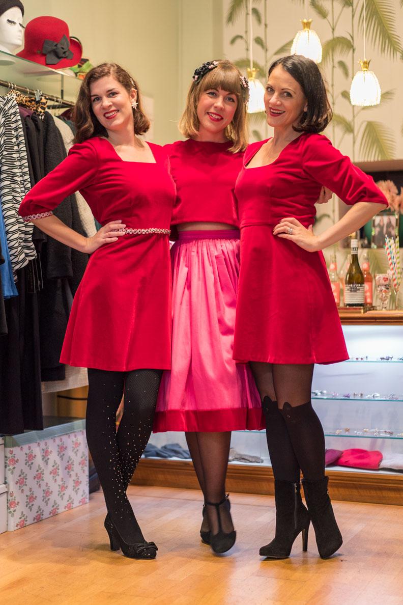 Ladies in red: RetroCat, Sara und Nina in festlicher 60er-Jahre-Mode von Grünten Mode