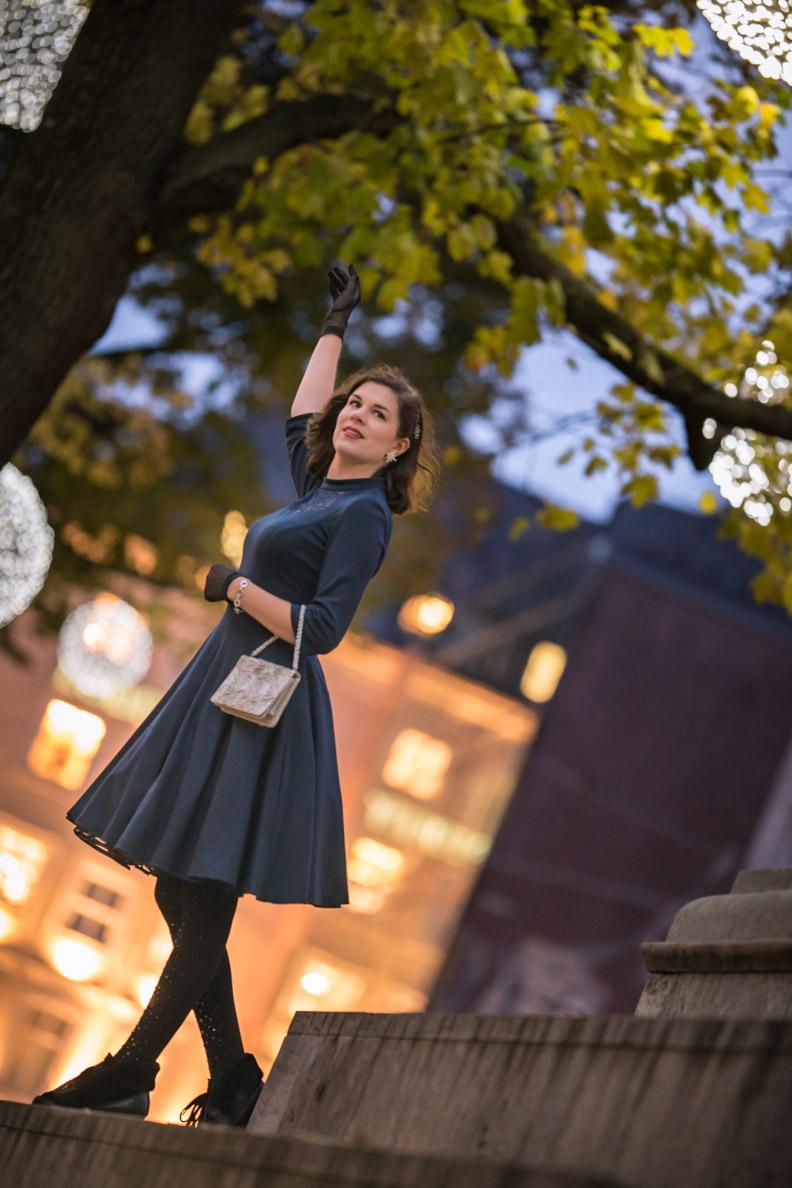 RetroCat mit dem marineblauen Petticoatkleid von Belle Couture in München