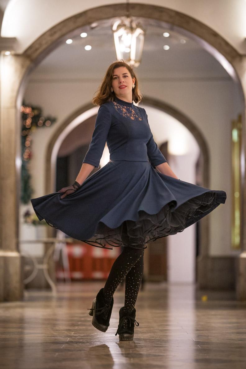 RetroCat in einem schwingenden 50er-Jahre-Kleid mit Petticoat von Belle Couture