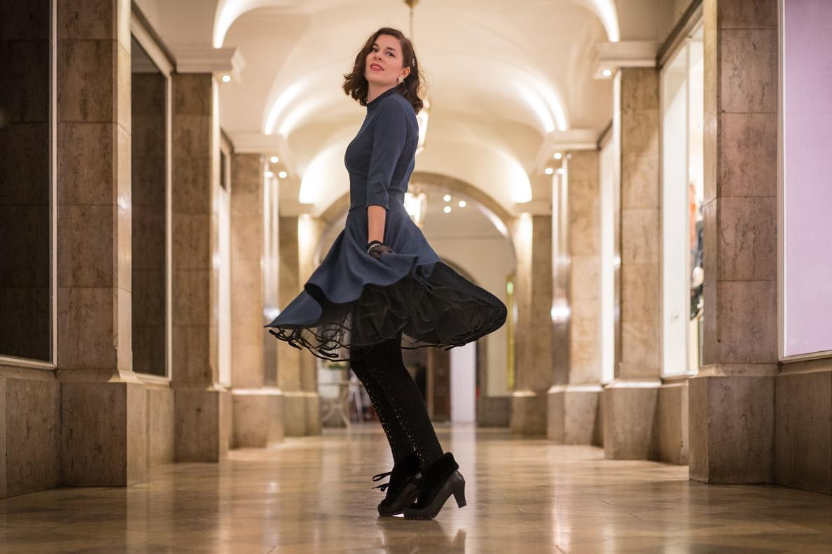 RetroCat beim Tanzen im Petticoatkleid von Belle Couture