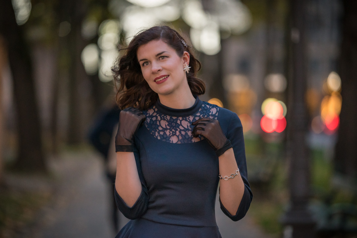 Fashion-Bloggerin RetroCat mit blauem Kleid und schwarzen Handschuhen in München
