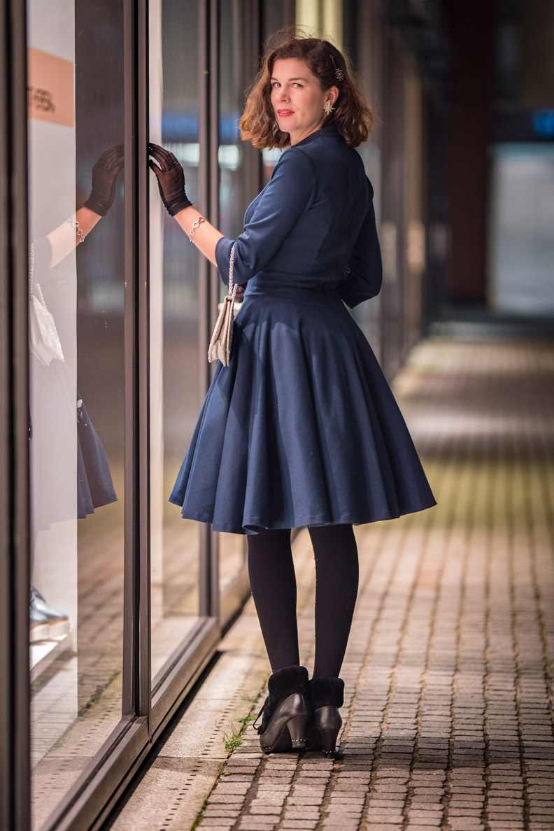 RetroCat in einem blauen 50er-Jahre-Kleid von Belle Couture