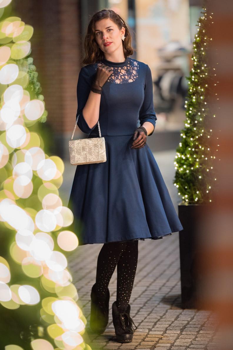 RetroCat mit dem blauen Petticoatkleid von Belle Couture zwischen beleuchteten Christbäumen