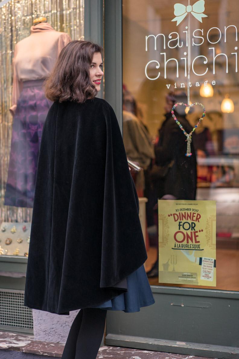 RetroCat mit einem Samt-Cape von Grünten Mode vor der Boutique Maison Chi Chi in München