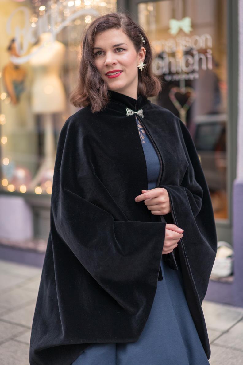RetroCat mit einem schwarzen Samt-Cape von Grünten Mode