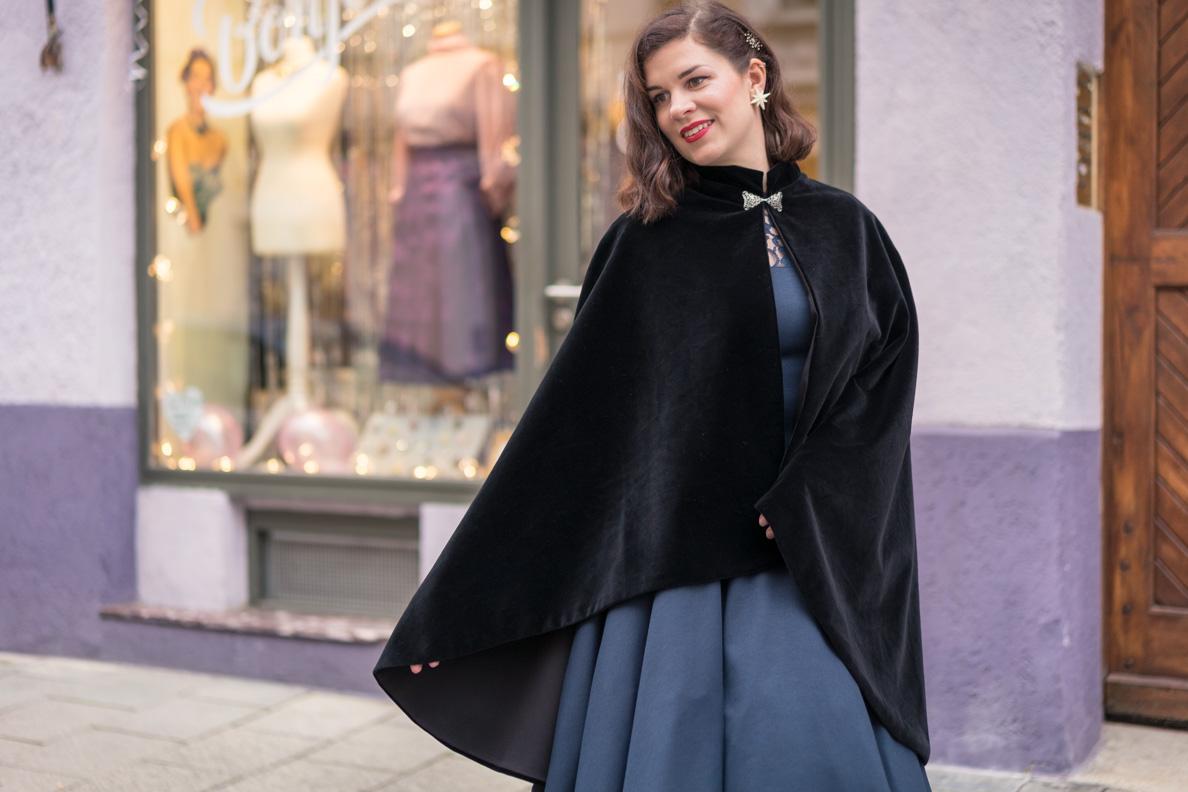 Vintage-Bloggerin RetroCat in einem schwarzen Samt-Cape von Grünten Mode via Maison Chi Chi