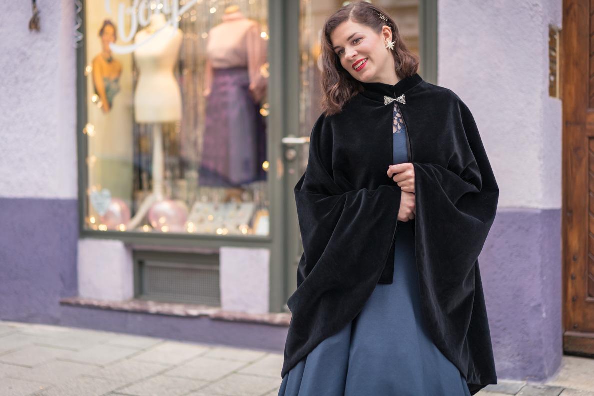 RetroCat mit dem schwarzen Drama Cape von Grünten Mode