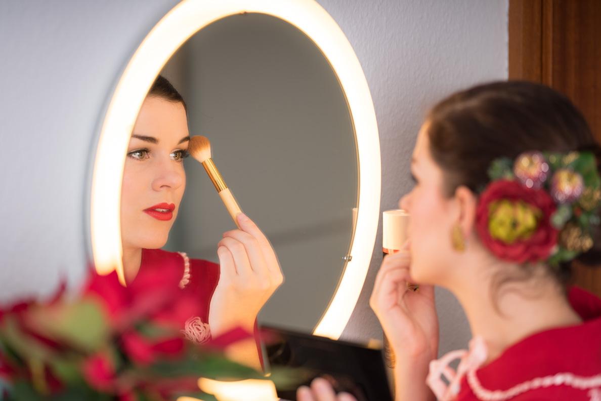 RetroCat beim Auftragen von Highlighter von Makeup Revolution via Notino