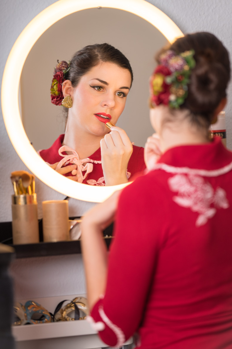 "Beauty-Bloggerin RetroCat mit dem Revlon Super Lustrous Lipstick in ""Fire & Ice"" via Notino"