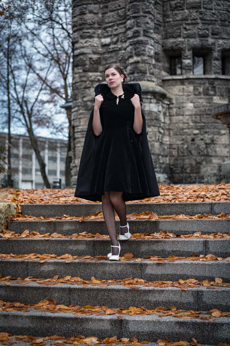 RetroCat mit einem schwarzen Kleid von BlackButterfly und einem Mantel von Hell Bunny