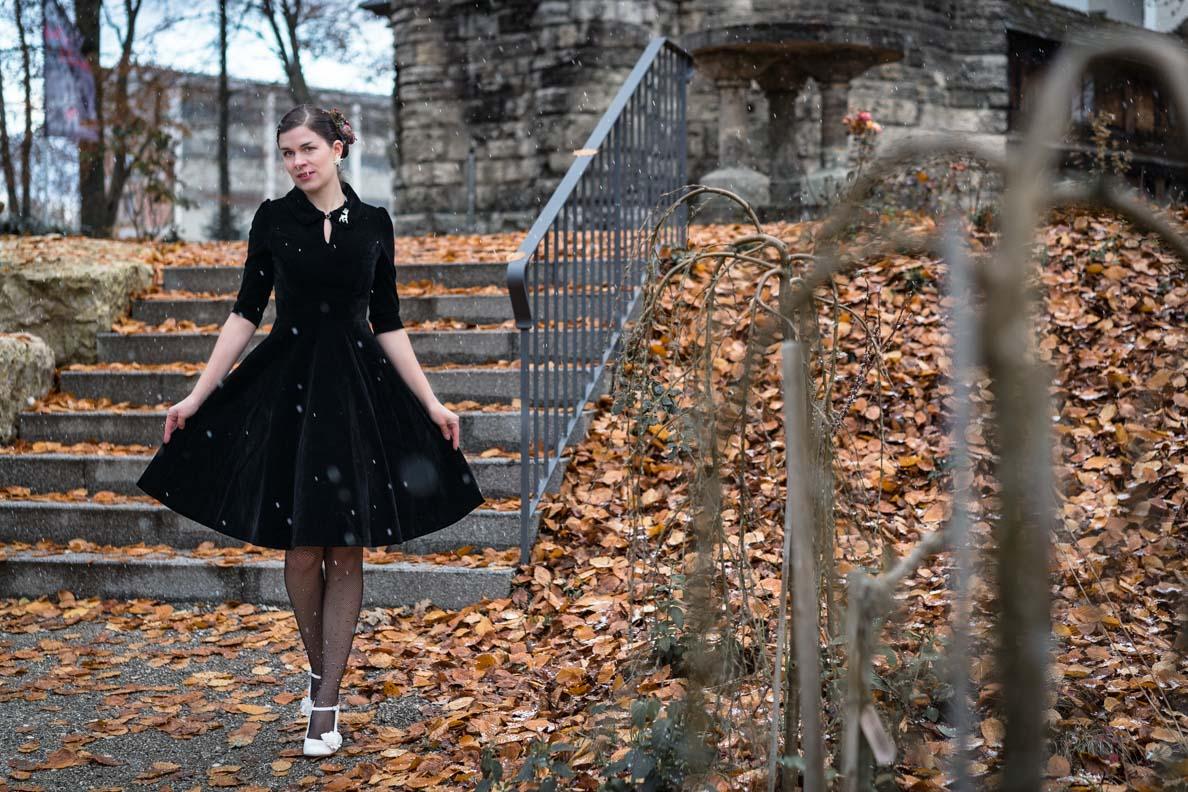 """RetroCat in dem schwarzen Retro-Kleid """"Amelia"""" von BlackButterfly"""