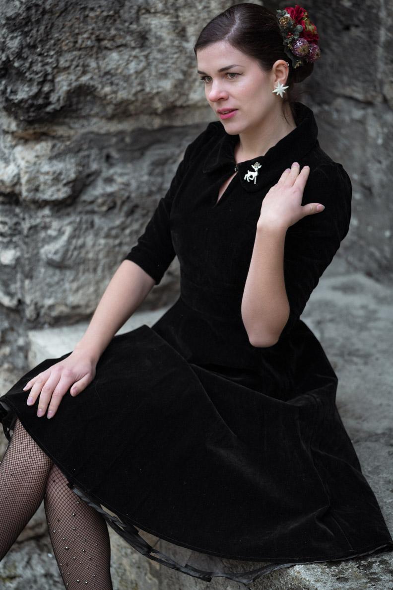 Vintage-Mode-Bloggerin RetroCat in einem festlichen Samtkleid von BlackButterfly