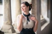 Schwarz-weiße Weihnachten: Gewinne das festliche Neo Victorian Kleid von Vive Maria