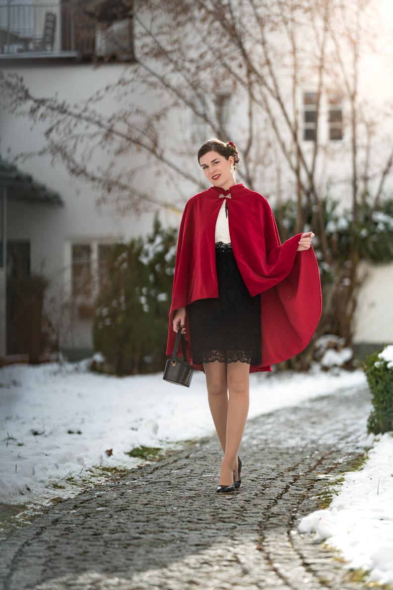 RetroCat mit dem Neo Victorian Kleid von Vive Maria und dem Drama Cape von Grünten Mode
