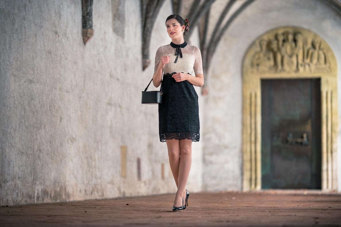 RetroCat in einem schwarz-weißen Spitzen-Kleid von Vive Maria