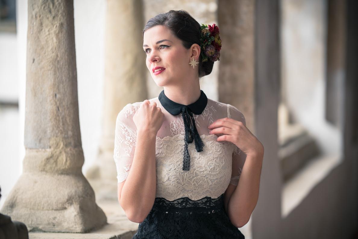 RetroCat in einem zarten Kleid mit Spitzen-Details von Vive Maria
