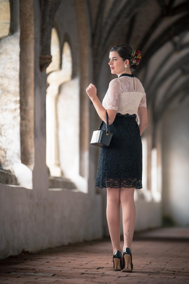 Vintage-Mode-Bloggerin RetroCat in dem schwarz-weißen Neo Victorian Kleid von Vive Maria