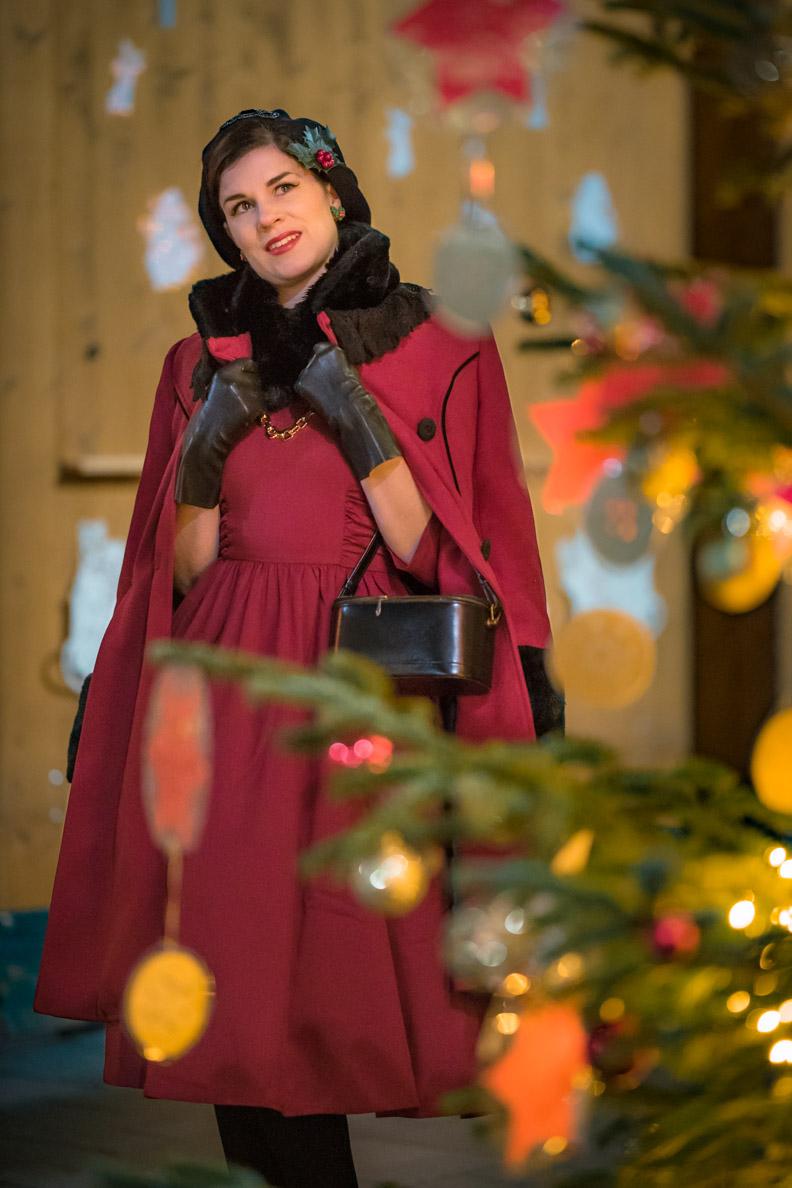 RetroCat mit einem Kleid von Zoe Vine und dem Fairy Coat von Hell Bunny