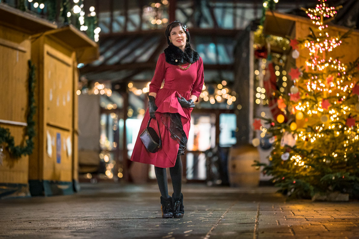 RetroCat mit rotem Retro-Kleid von Zoe Vine und Petticoat