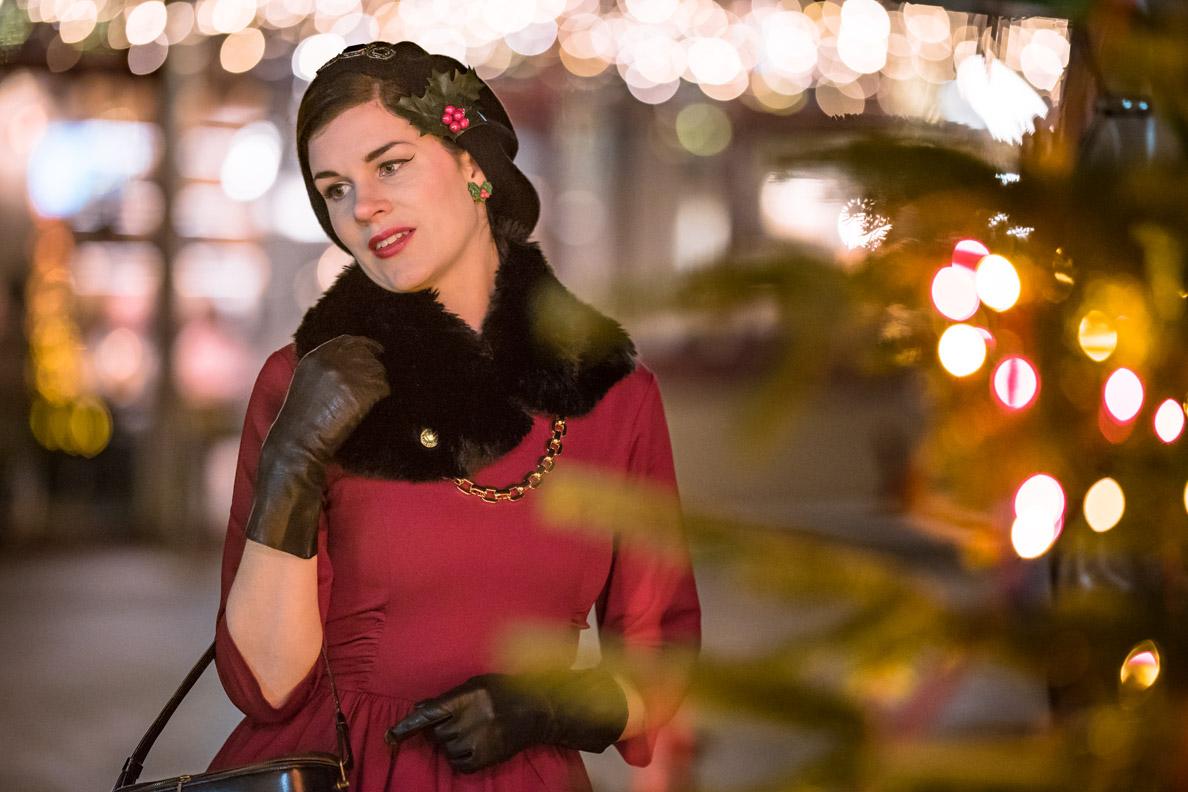 RetroCat mit weihnachtlichen Accessoires und festlichem Vintage-Make-up