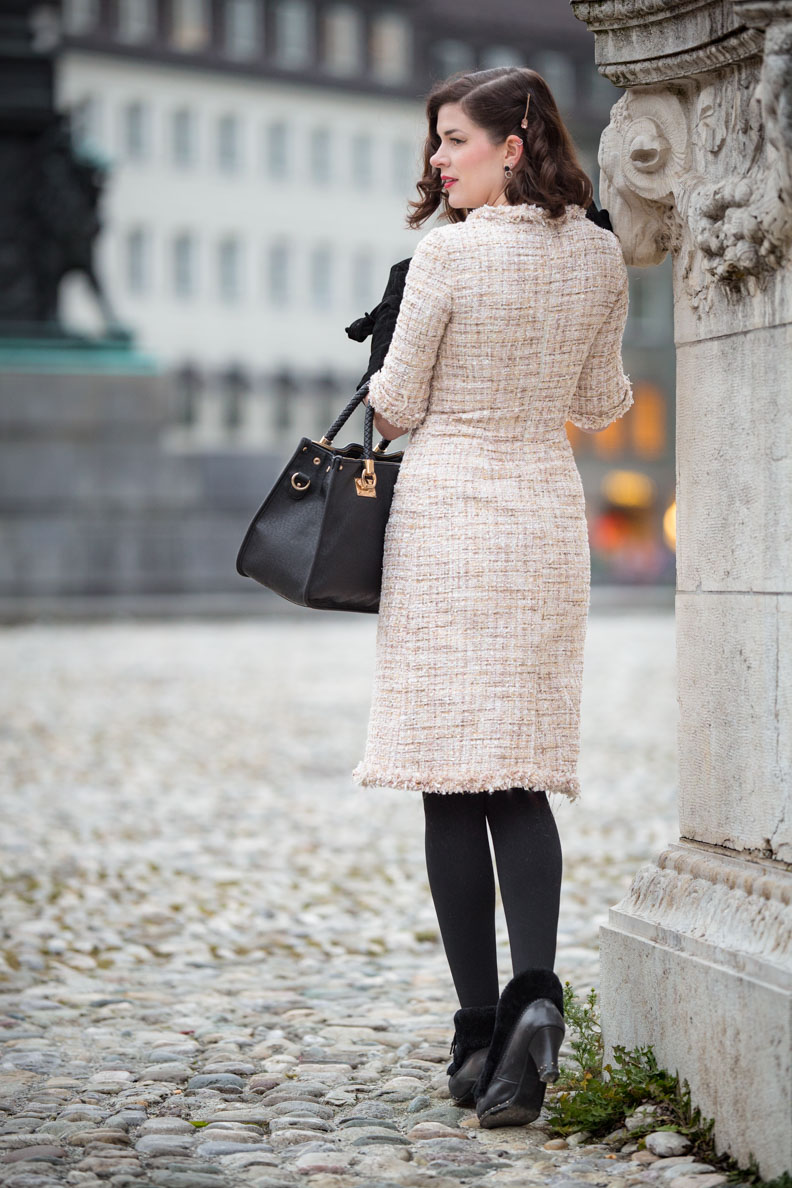 RetroCat in dem creme-farbenen Tweedy Dress von Von 50'
