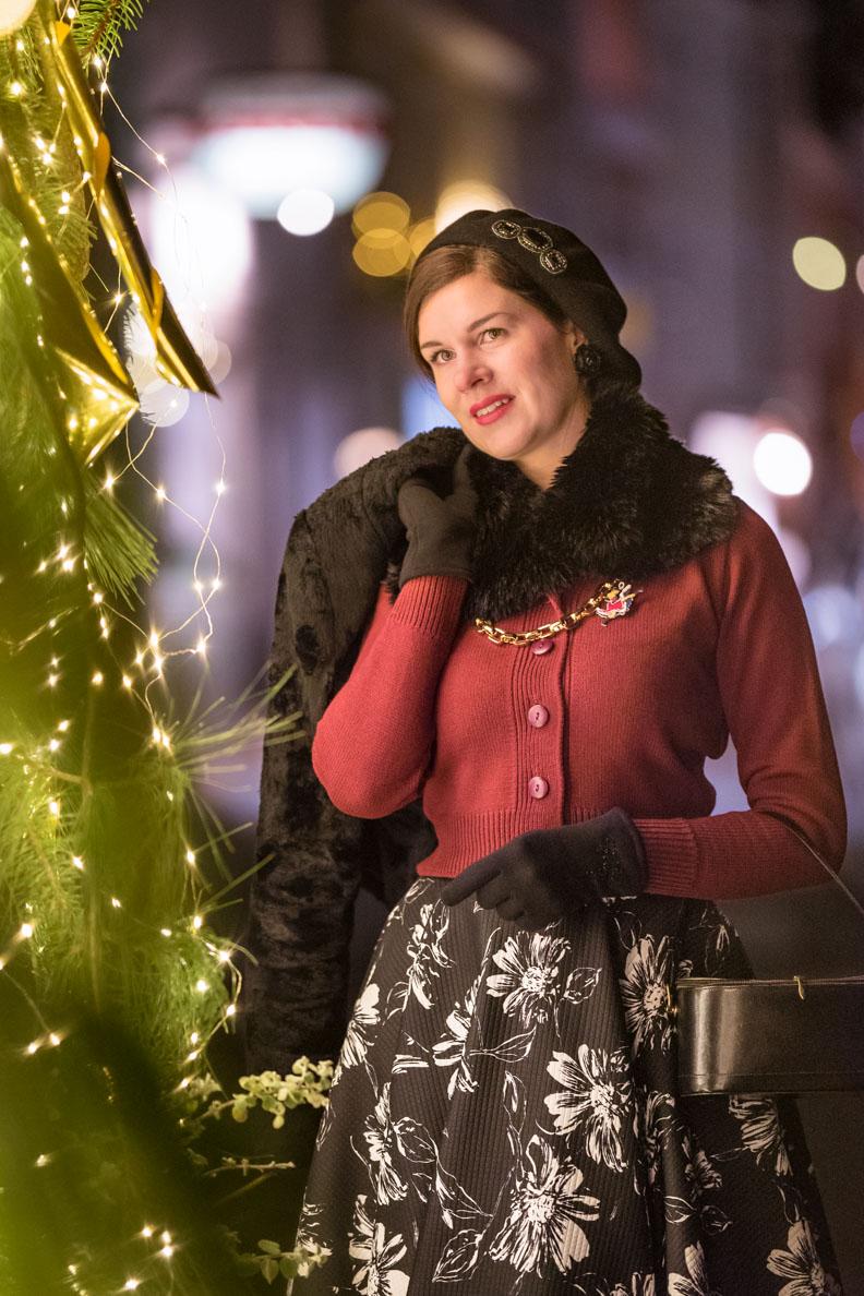 Vintage-Bloggerin RetroCat in einem warmen Retro-Outfit für den Winter