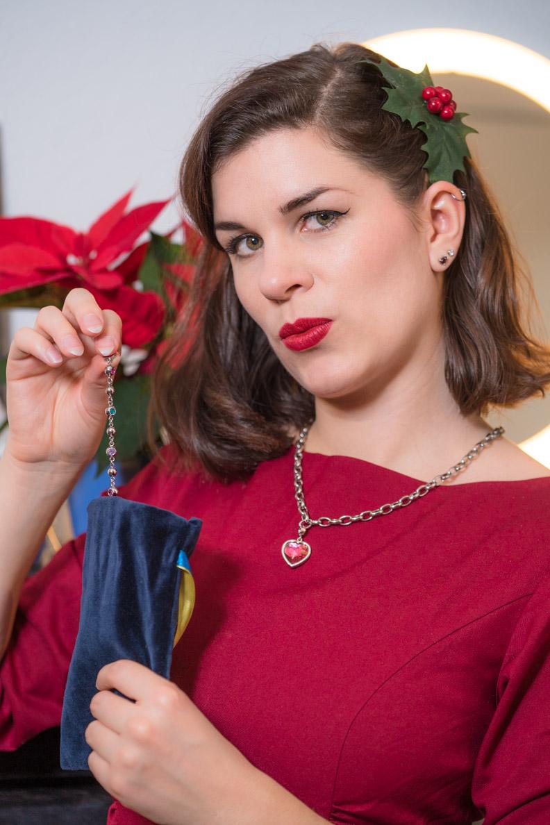 RetroCat in einem Weihnachtslook mit passendem Schmuck von LEONARDO