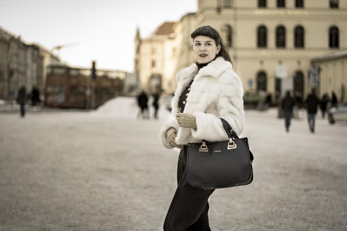 RetroCat in einer weißen Vintage-Faux-Fur-Jacke
