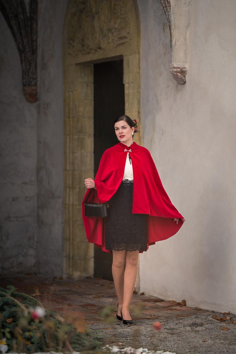 Vintage-Fashion-Bloggerin RetroCat mit dem roten Drama Cape aus Samt von Grünten Mode
