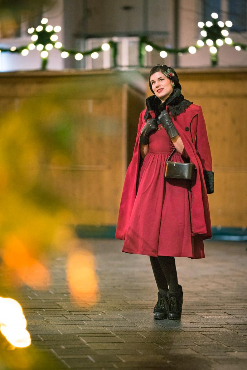 Vintage-Mode-Bloggerin RetroCat in dem roten Fairy Coat von Hell Bunny auf dem Weihnachtsmarkt