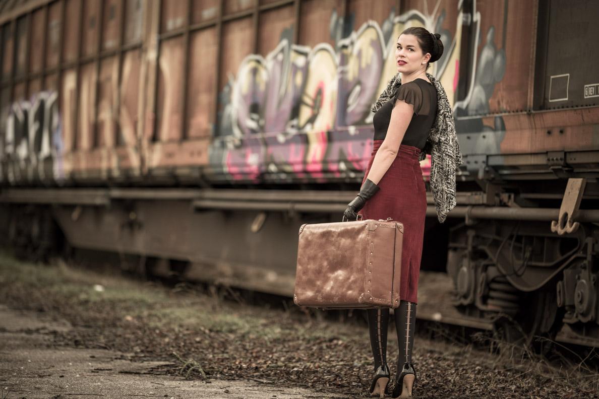 RetroCat mit Vintage-Koffer und Strümpfen von Wolford