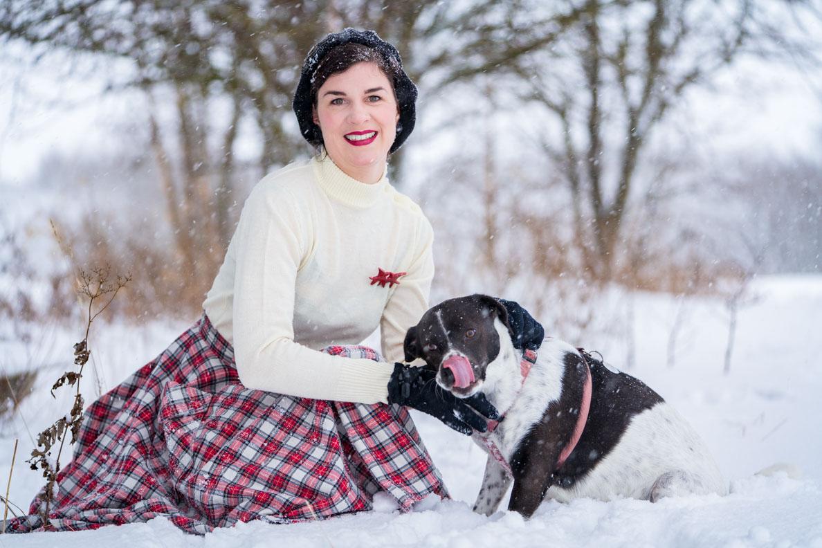 RetroCat beim Spielen im Schnee mit einem Hund