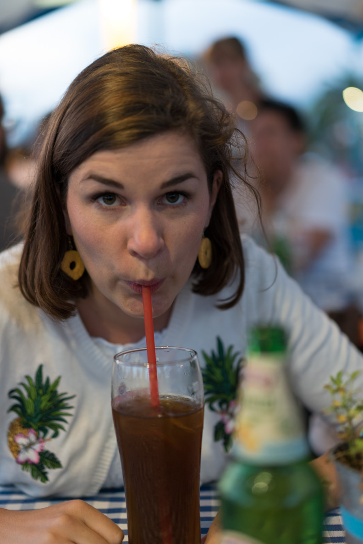 RetroCat beim Trinken mit einem Strohhalm