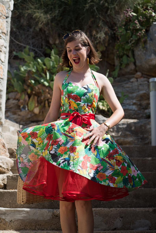 RetroCats Kleid wird vom Wind hochgeweht