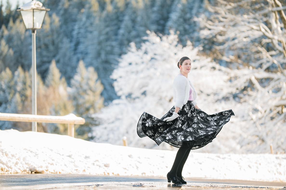 RetroCat mit einem schwingenden Tellerrock und Petticoat im Schnee