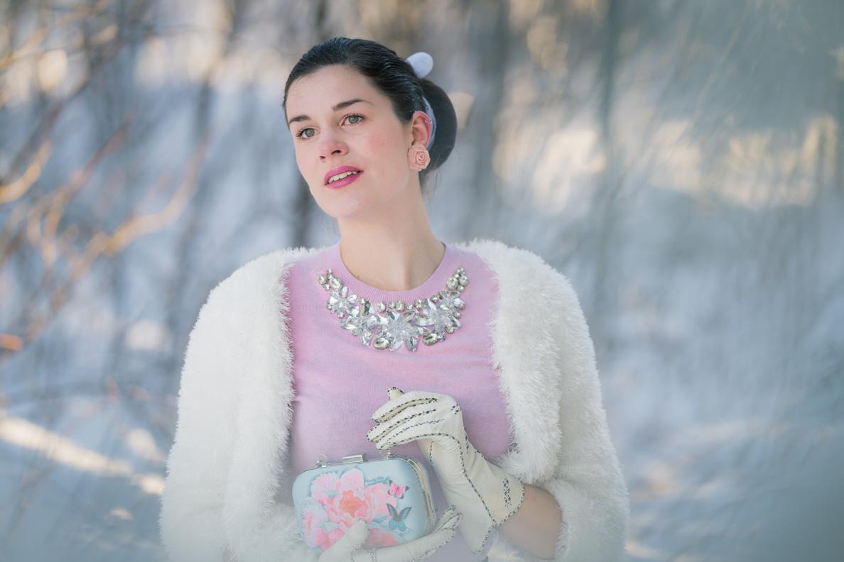 RetroCat mit rosa Sweater und einer Handtasche von Idda van Munster for Woody Ellen im Schnee