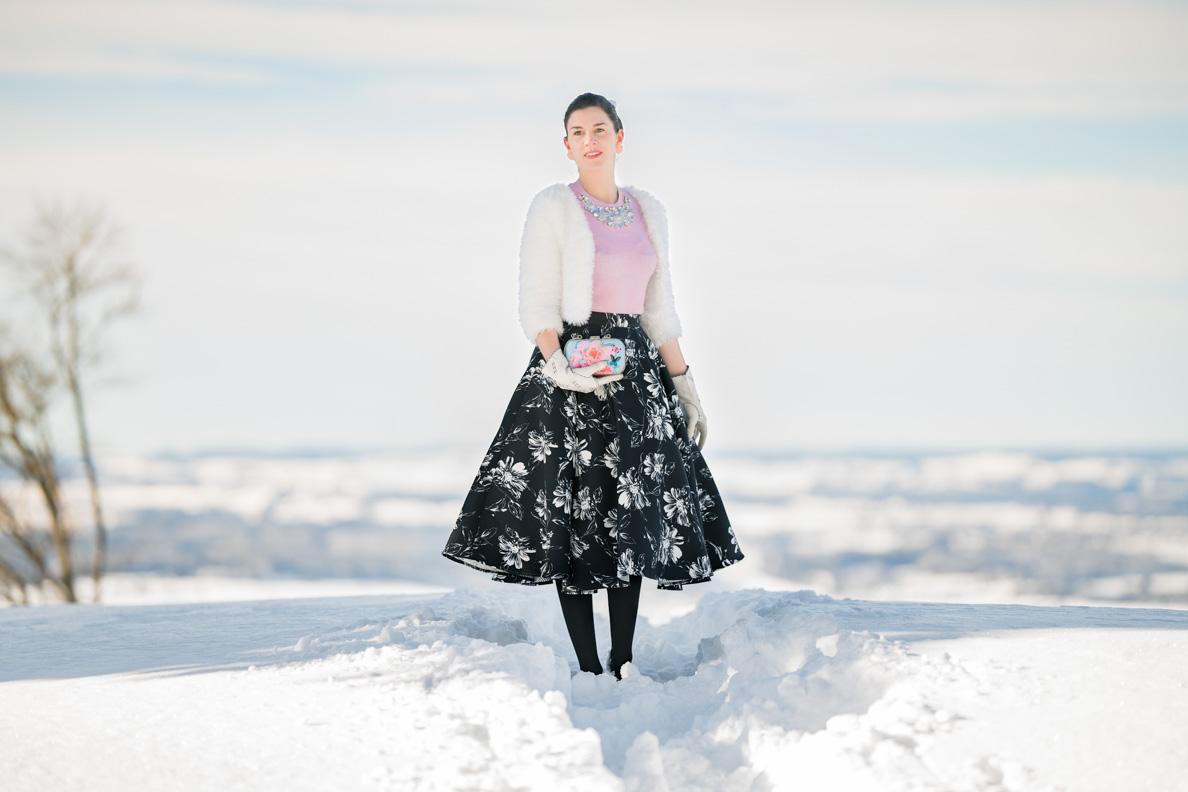 Vintage-Bloggerin RetroCat mit Tellerrock von Vivien of Holloway und rosa Sweater von Ted Baker im Winter
