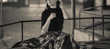 Alles auf Schwarz: Ein schlichtes Retro-Outfit für jede Gelegenheit