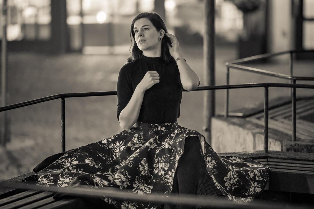 Vintage-Mode-Bloggerin RetroCat in einem eleganten schwarzen Retro-Outfit